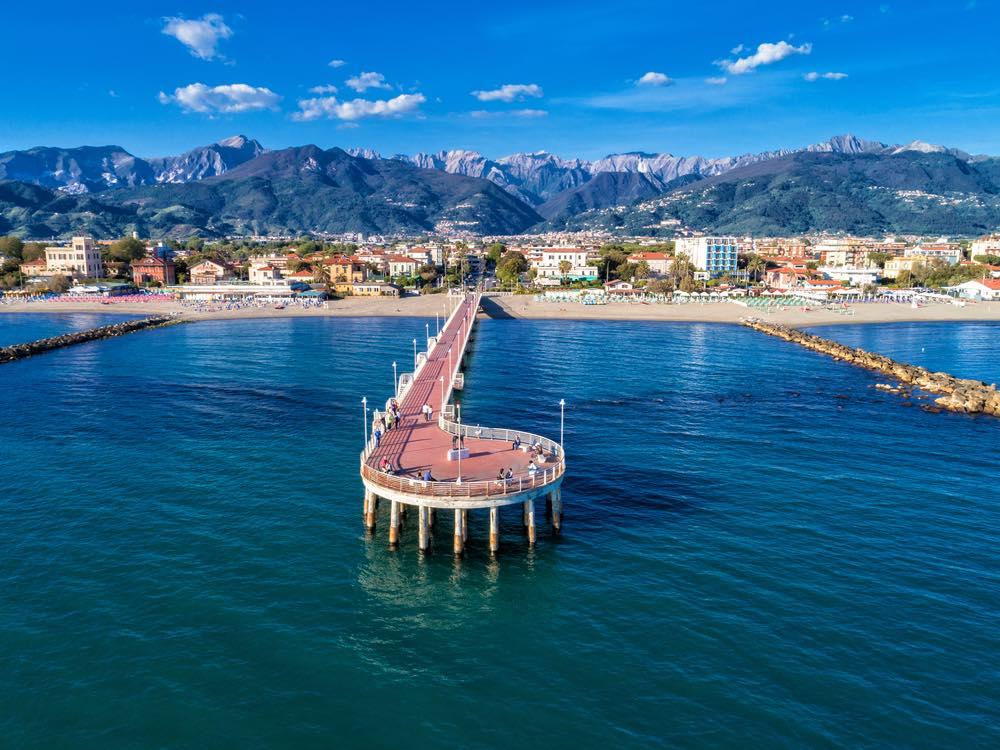Il pontile di Marina di Massa e le Alpi Apuane