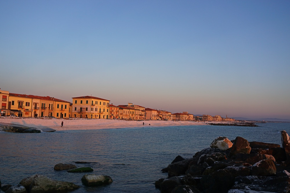 Marina di Pisa è un paese di mare in Toscana alla foce dell'Arno
