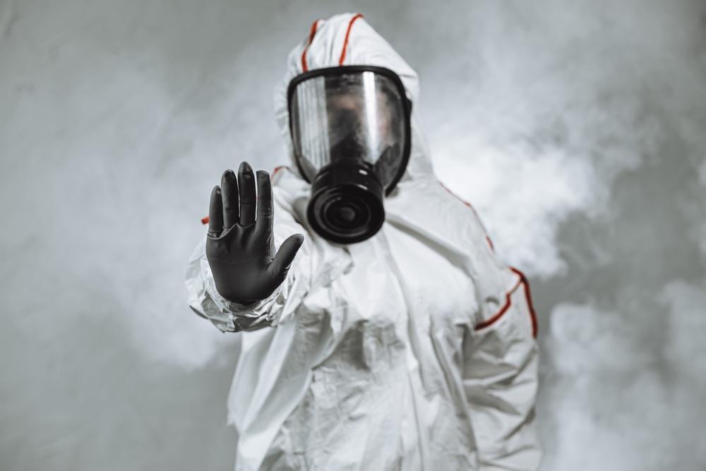 Uomo con tuta anti contagio