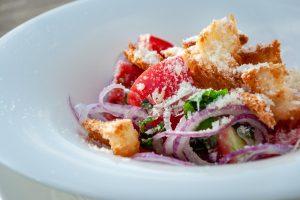 Panzanella, la ricetta toscana a base di pane raffermo e ortaggi