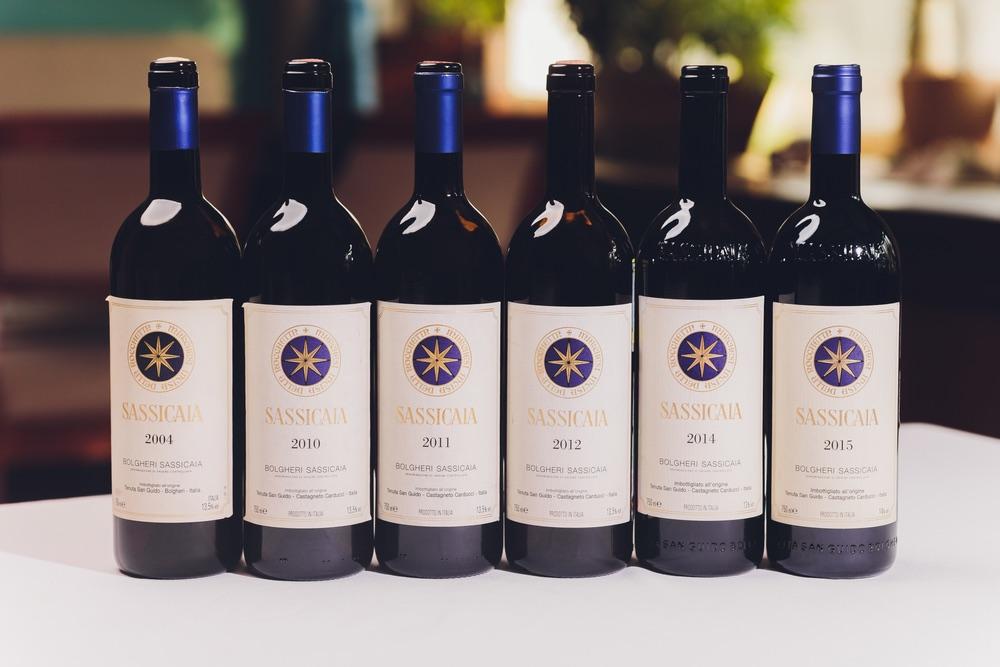 Bottiglie di Sassicaia, uno dei vini toscani più famosi e più pregiati