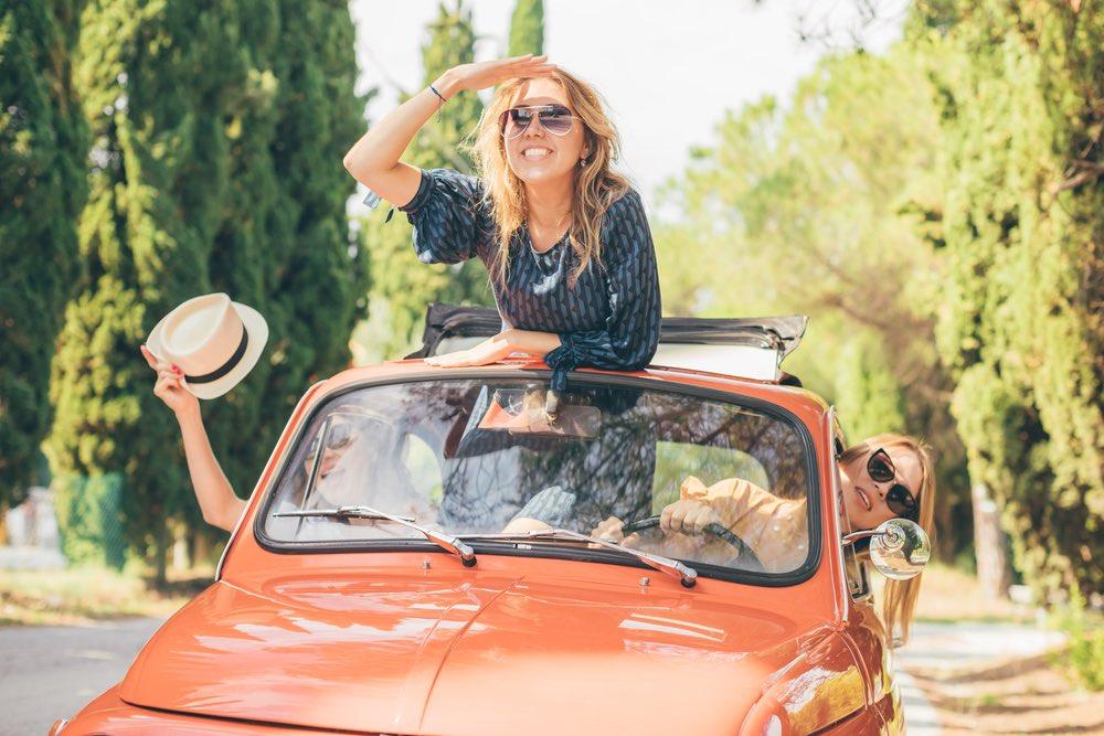 Tre ragazze in viaggio in Toscana su una vecchia Fiat 500