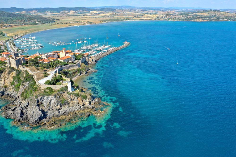 Veduta aerea della rocca di Talamone e della costa