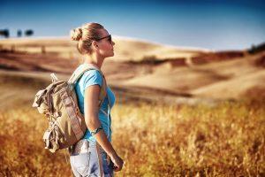 Turista con zaino in spalla in Val d'Orcia, Toscana