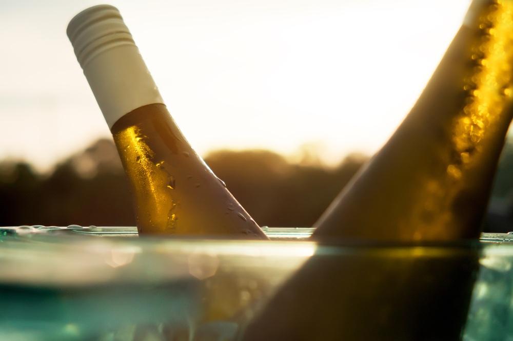 Bottiglia di vino bianco in una glacet al tramonto