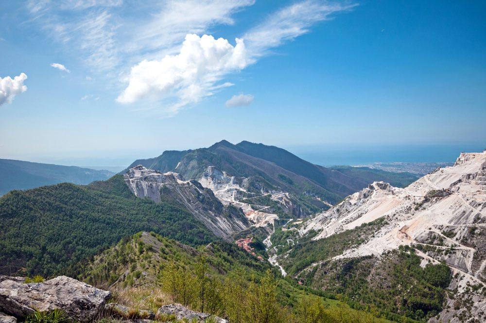 Panorama delle Alpi Apuane con vista fino al mare