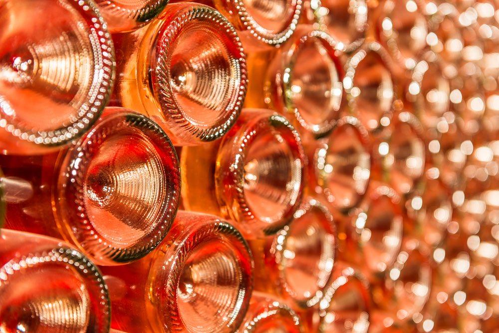 Vini rosati toscani in una cantina riprese dal fondo