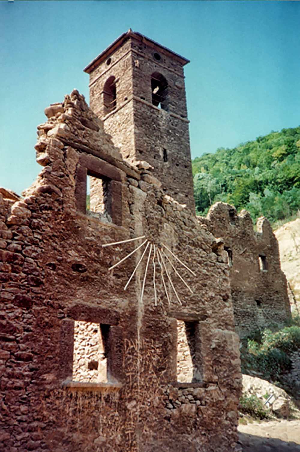 Rovine del campanile e della chiesa di Fabbriche di Careggine, borgo sommerso dal Lago di Vagli