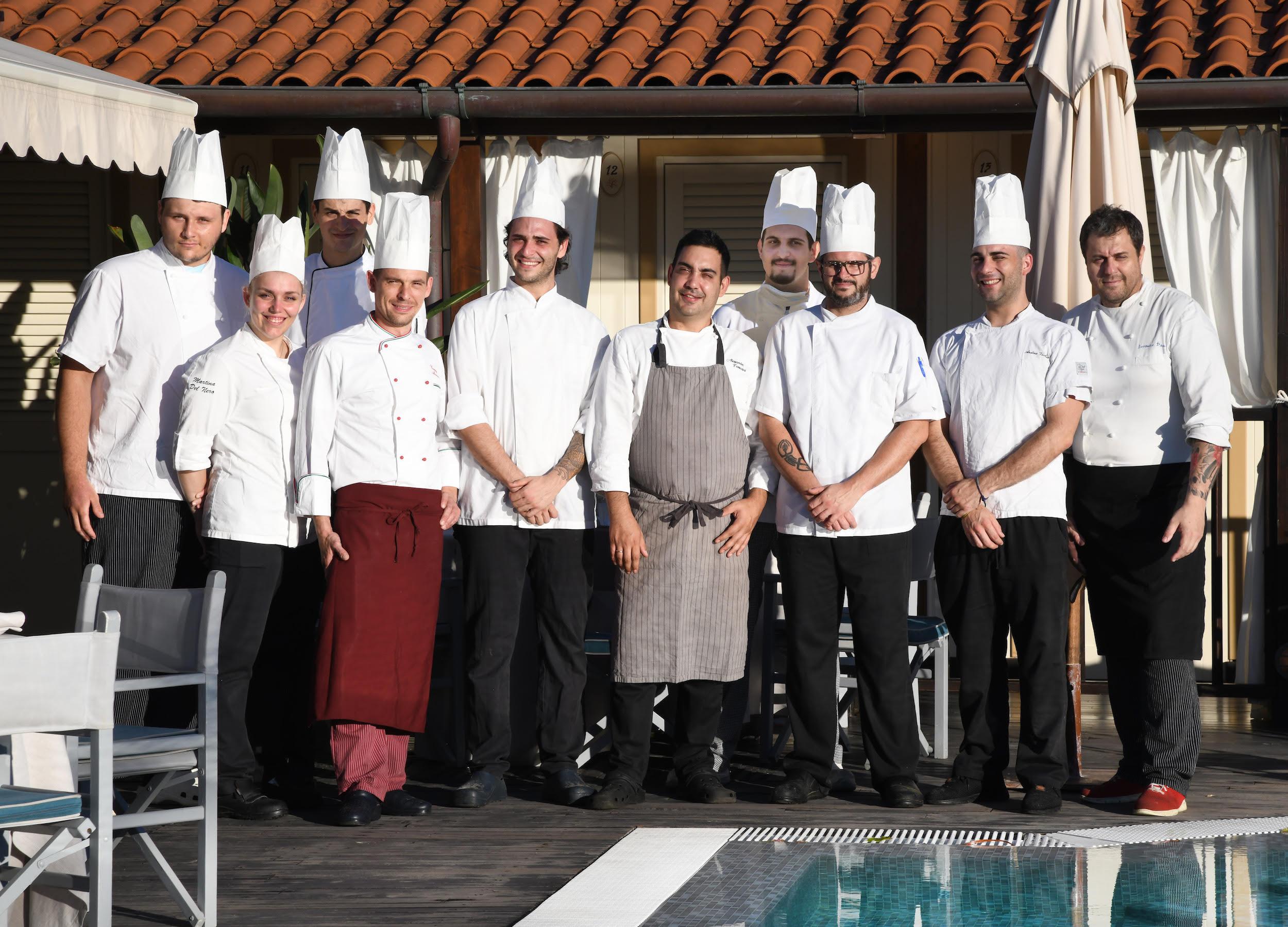 La brigata del del ristorante Franco Mare a Marina di Pietrasanta
