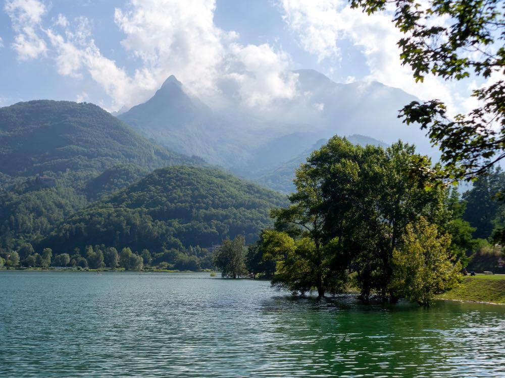 Il lago di Gremolazzo si trova nel comune di MInucciano, uno dei borghi delle Alpi Apuane