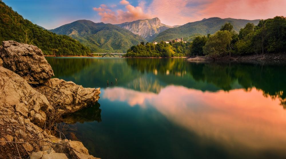 Vagli di Sotto e il Lago di Vagli sotto cui sorge Fabbriche di Careggine, borgo toscano sommerso