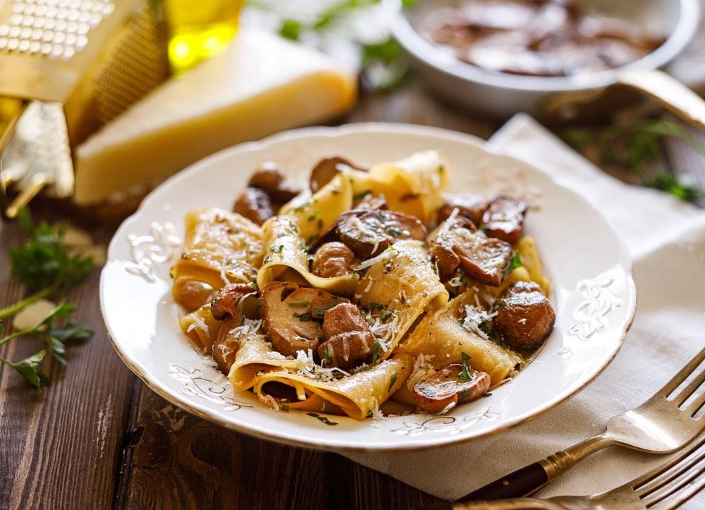 Pappardelle ai funghi porcini in un ristorante in Toscana