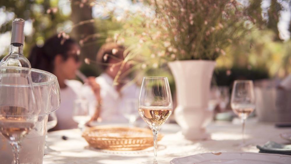 Bicchieri di vino rosato su una tavola all'aperto nella campagna toscana