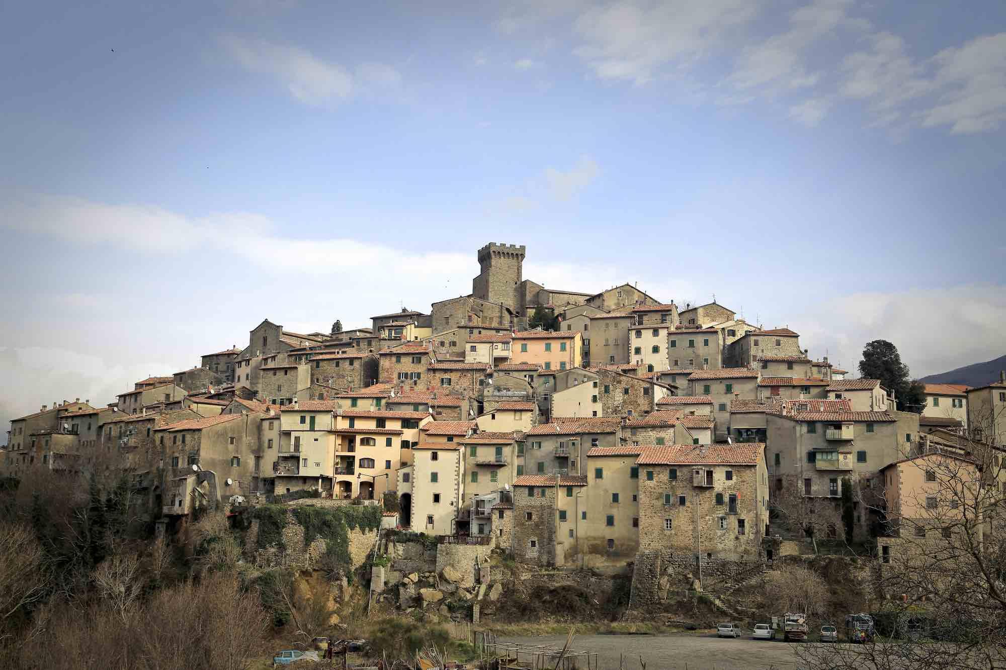 Vista panoramica su Arcidosso e la sua rocca aldobrandesca al centro del borgo
