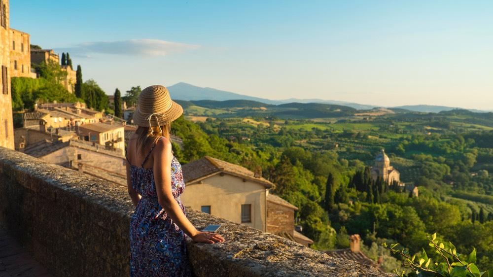 Ragazza guarda il panorama di Montepulciano, borgo toscano in provincia di Siena