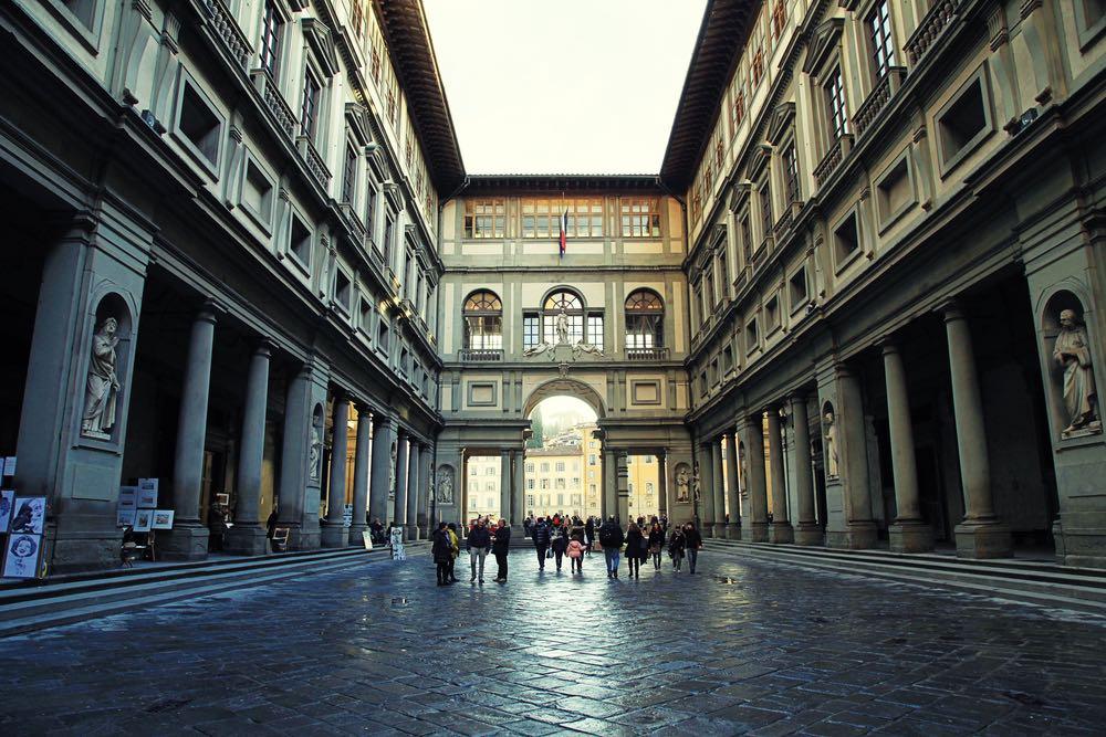La Galleria degli Uffizi a Firenze in un giorno di pioggia