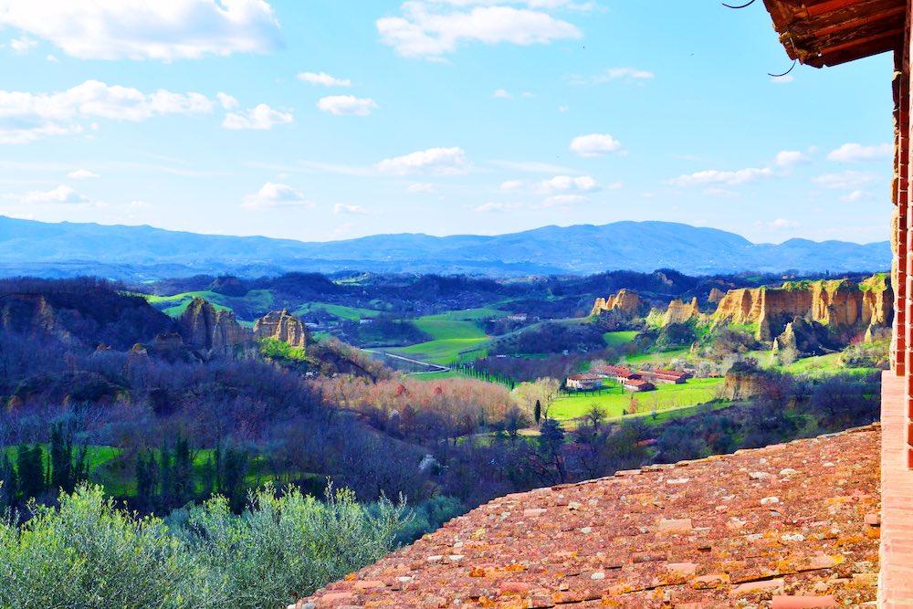 Panorama del Valdarno Superiore con le tipiche formazioni geologiche dette Balze
