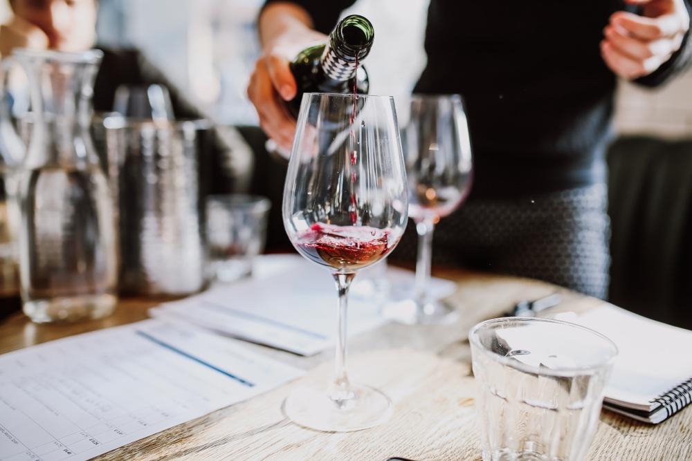 Tavolo di giuria a una degustazione professionale di vino