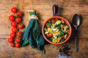 Ingredienti per la preparazione della Ribollita, tipica zuppa di pane a base di cavolo nero