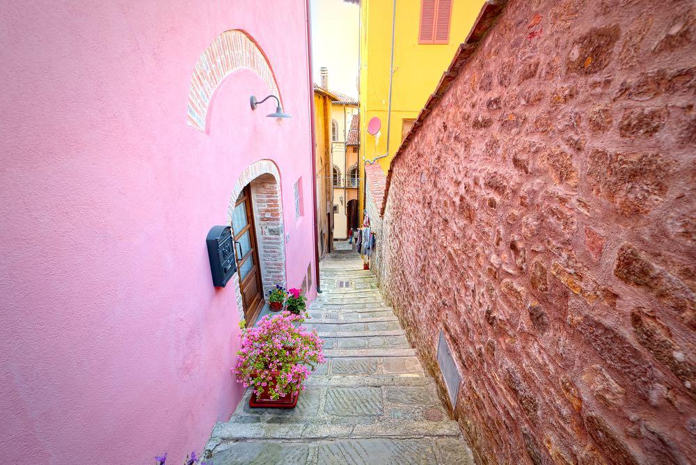 Caratteristico vicolo di Barga in Garfagnana, uno dei borghi più belli d'Italia