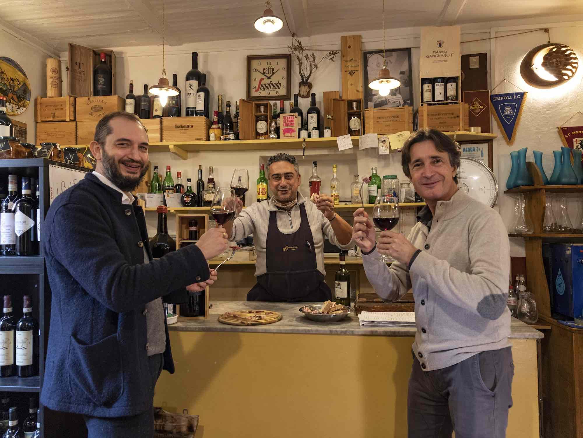 Brindisi tra il titolare e due giornalisti di TuscanyPeople all'Osteria Bonanni