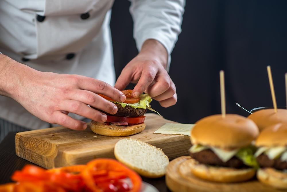 Chef prepara piccoli hamburger in un locale in Toscana
