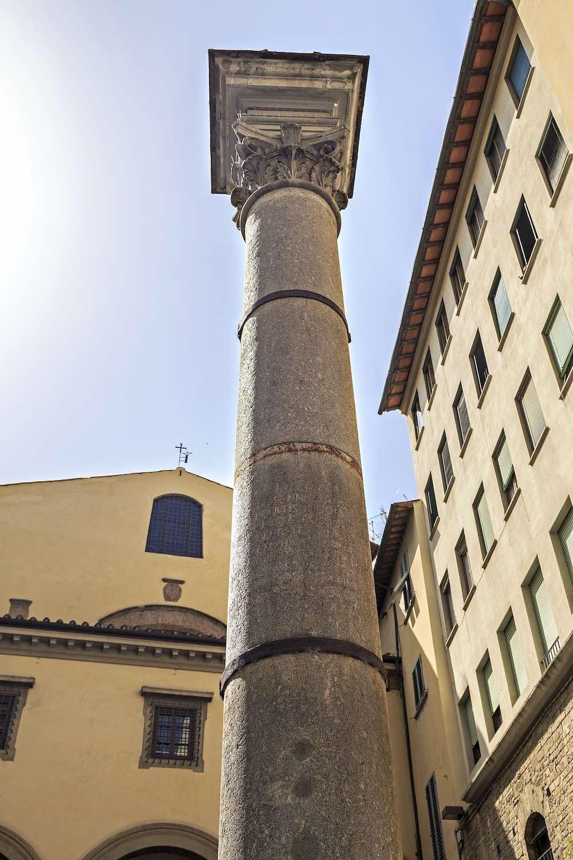 La colonna e la chiesa di Santa Felicita vicino a Ponte Vecchio a Firenze