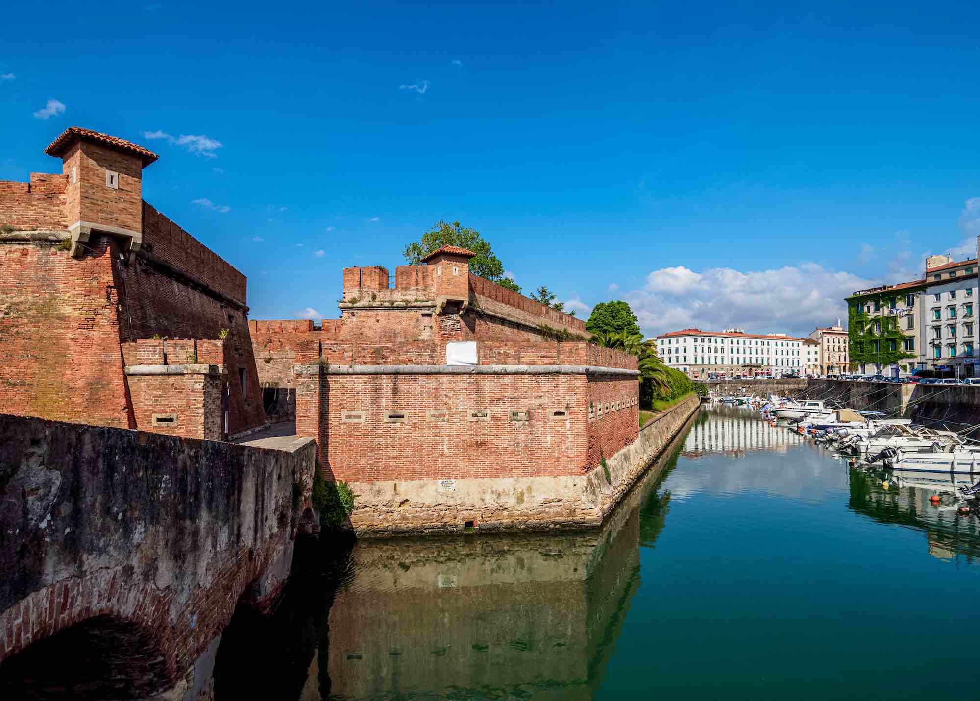 La Fortezza Nuova si affaccia su un canale di Livorno in una giornata di sole