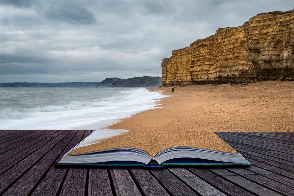 Concetto di storia con libro sulla spiaggia