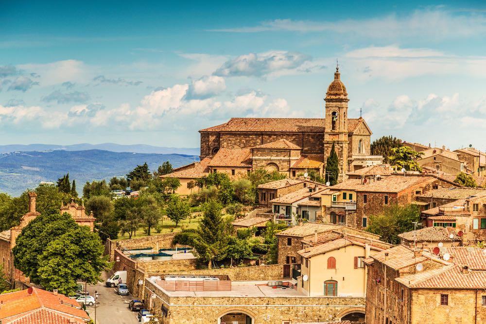 Veduta del borgo toscano di Montalcino