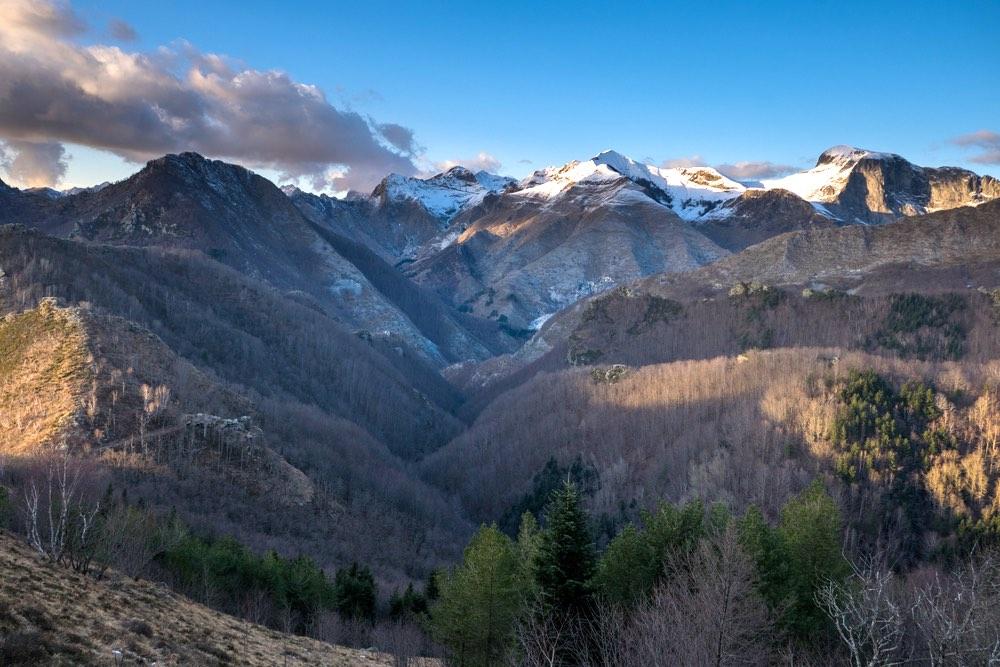 Il Passo della Croce sulle Alpi Apuane in una giornata di sole