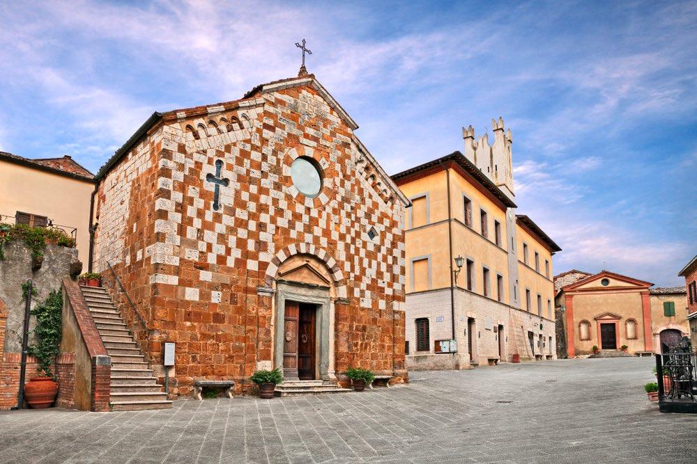 La chiesa principale di Trequanda in piazza Garibladi