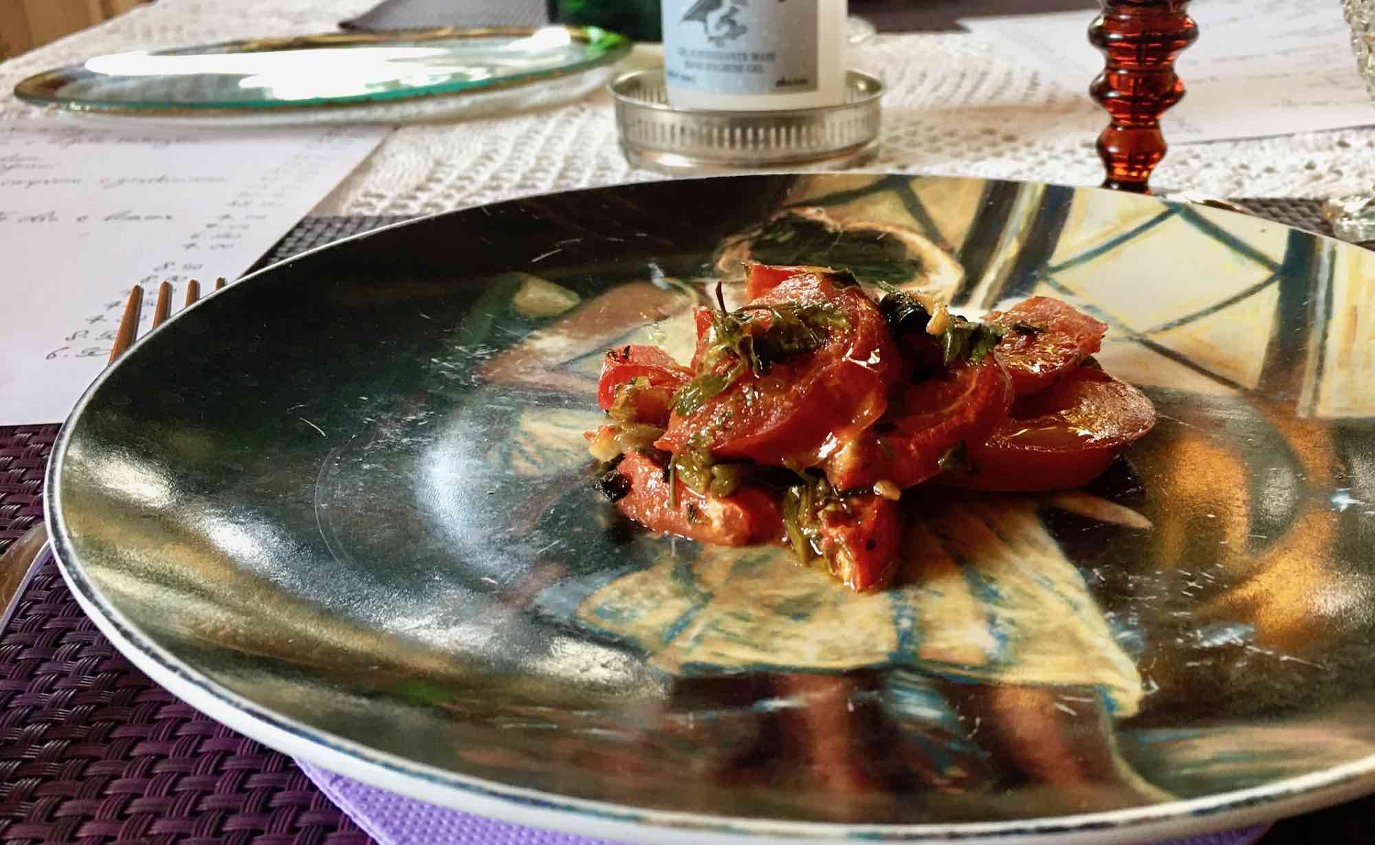 Pomodorini confit su piatto decorato al Gilda Bistrot a Firenze