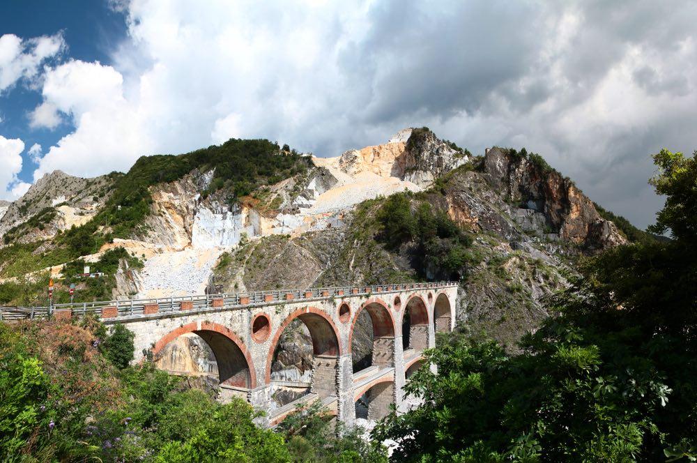Bellissima vista sul Ponte di Vara nelle cave di marmo sulle Alpi Apuane
