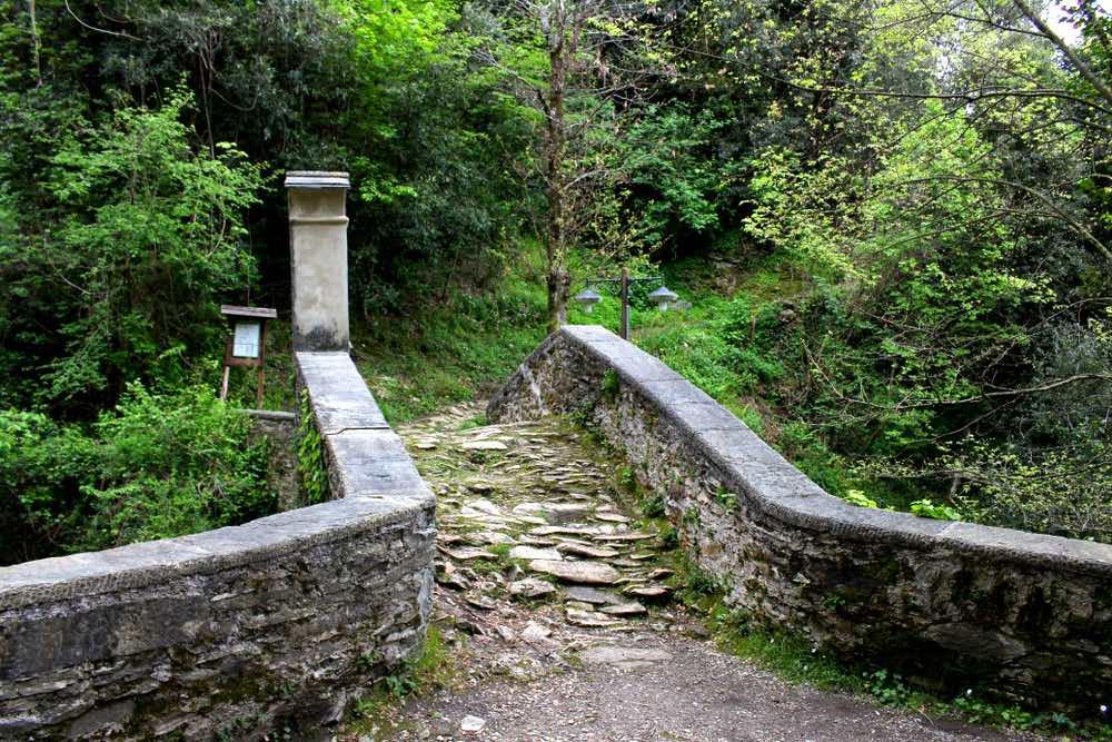 Antico ponte romano sul canel Deglio sulle Alpi Apuane