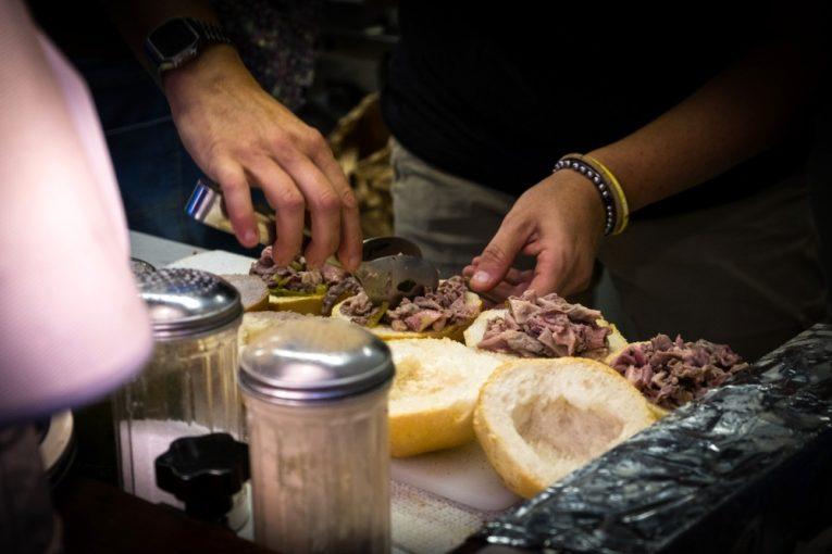 Preparazione del panino col lampredotto, tipico street food di Firenze