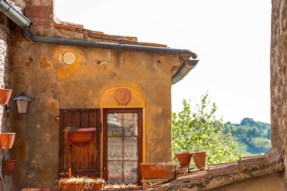 Vecchia casa di campagna nel borgo medioevale di Trequanda