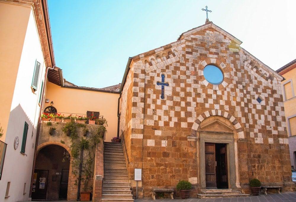 La chiesa principale di Trequanda in piazza Garibaldi