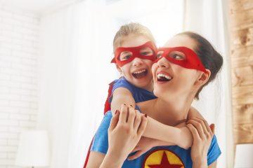 Mamma e figlia vestite da super eroine