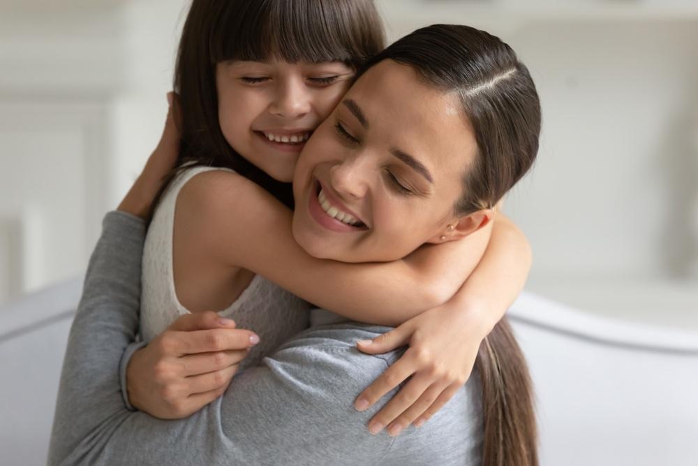 Mamma e figlia si abbracciano
