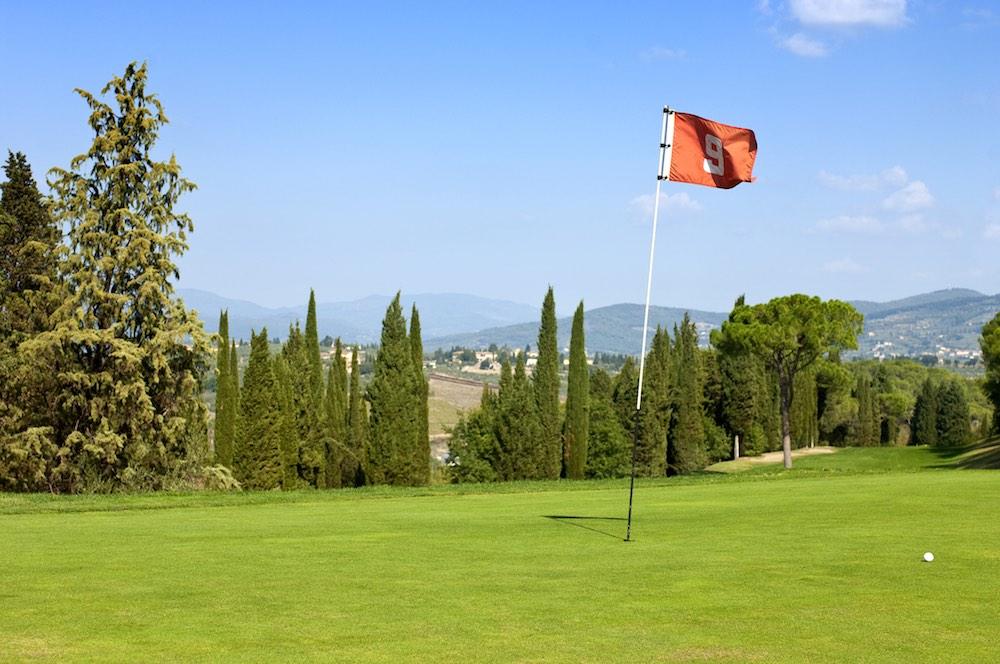 Bandiera della nona buca in uno dei campi da golf in Toscana