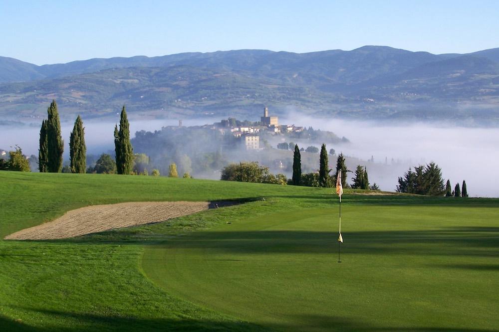 IIl borgo di Poppi visto dal campo del Casentino Golf Club
