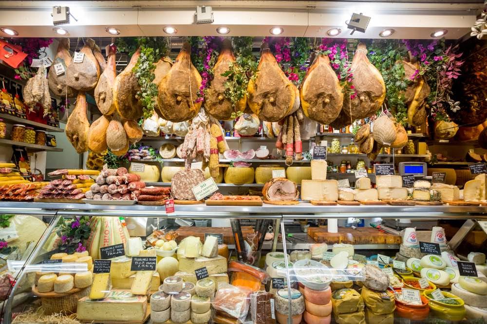 Banco di prodotti alimentari toscani in un mercato di Firenze