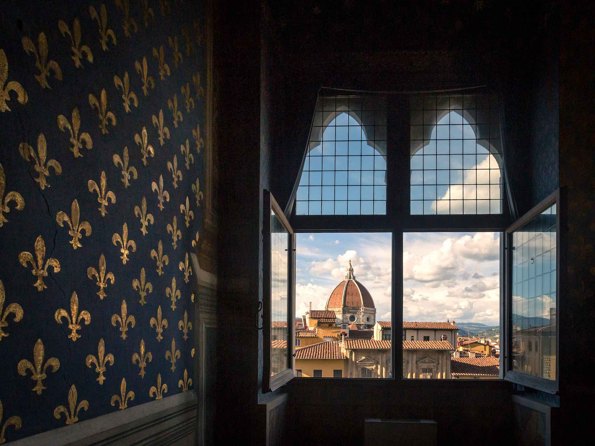 La stanza dei gigli in Palazzo Vecchio con la vista della Cupola del Brunelleschi dalla finestra