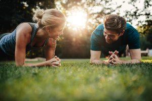 Coppia si allena insieme al parco