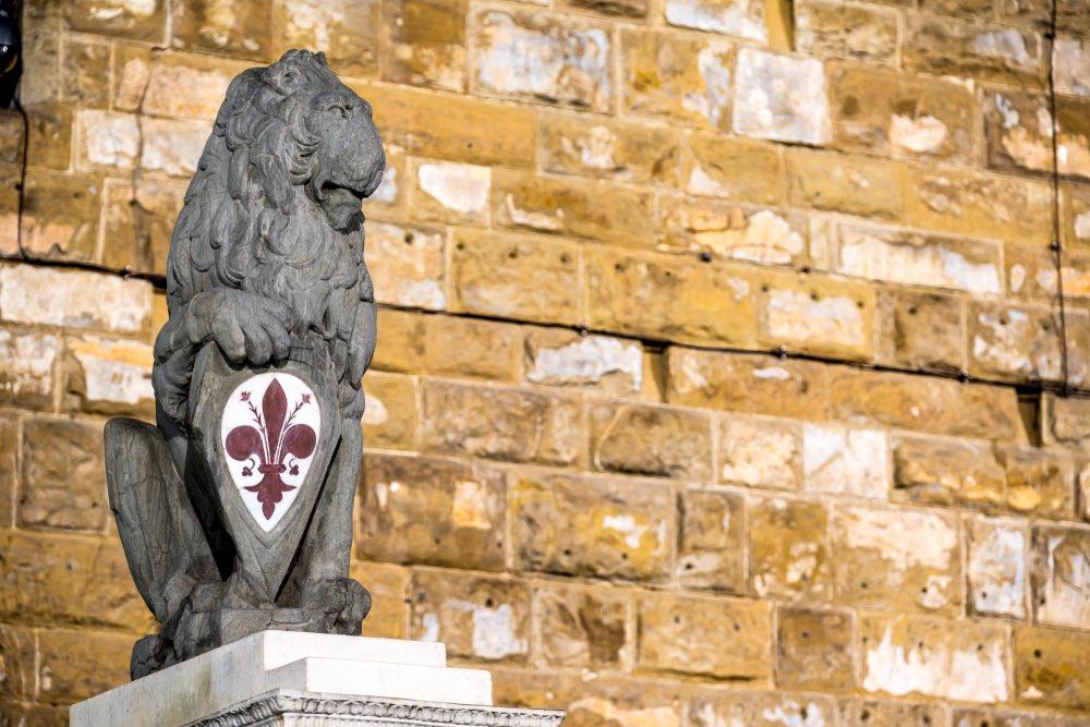 Il marzocco fiorentino sorregge lo scudo con il giglio di Firenze, simbolo della città