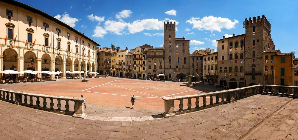 Piazza Grande ad Arezzo in una giornata di sole