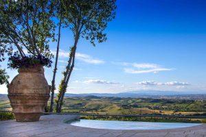 Una piscina con vista vicino alla Terme di Montepulciano in Toscana