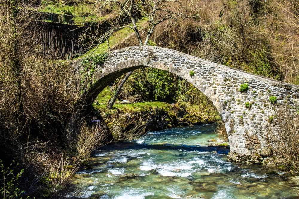Ponte medievale sopra un ruscello a Equi Terme in Lunigiana