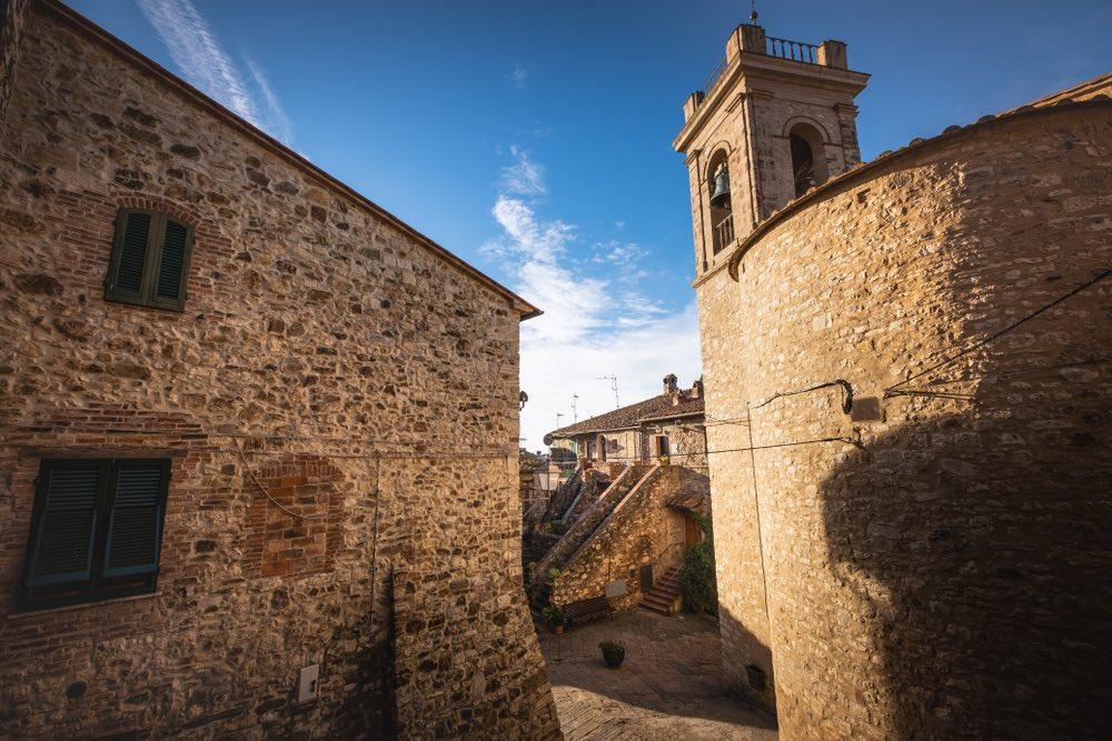 La chiesa di Santa Maria a Suvereto,. borgo della Costa degli Etruschi